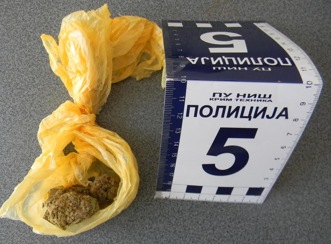 Pola kilograma marihuane krio u torbi za laptop