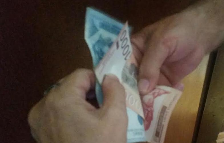 Uhapšen lekar koji je primao mito, ali i oni koji su davale pare