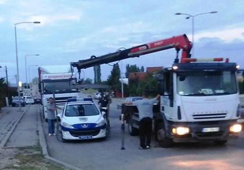 (FOTO VEST) Pauk digao policijski auto