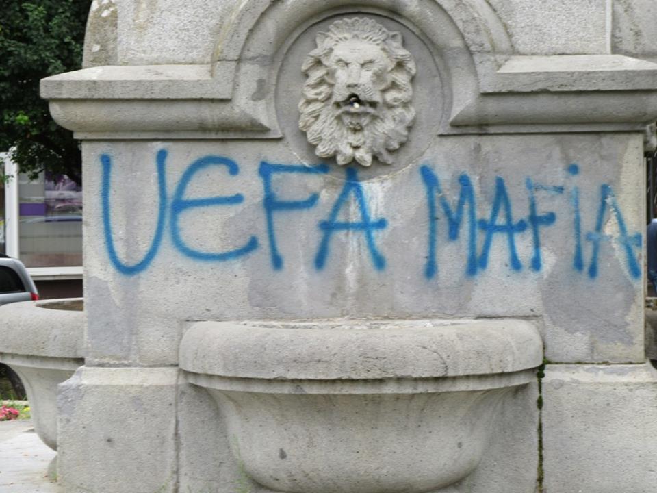 Spomenik u centru Vlasotinca išaran grafitima i napunjen đubretom