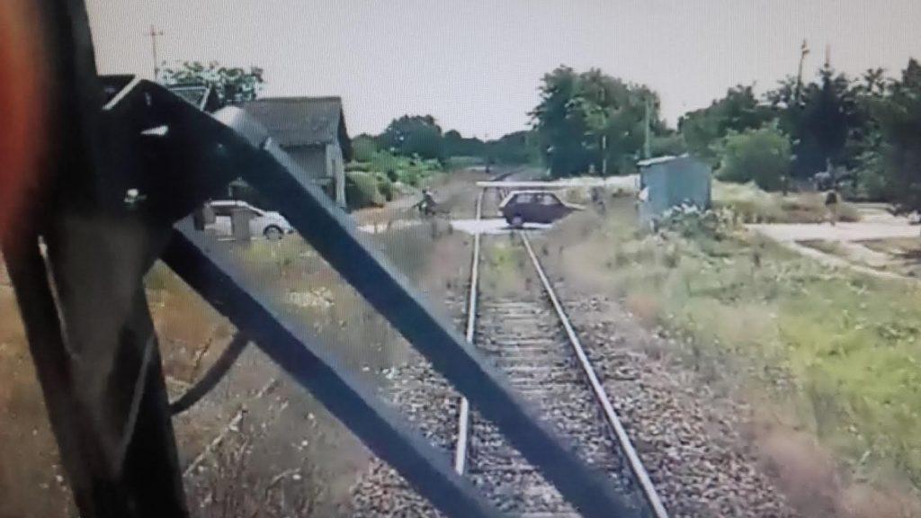 Teretni voz naleteo na drumsko vozilo, nema povređenih