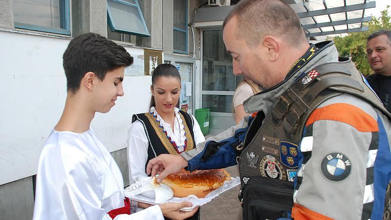 Motociklisti iz Splita dočekani pogačom i solju u Vlasotincu