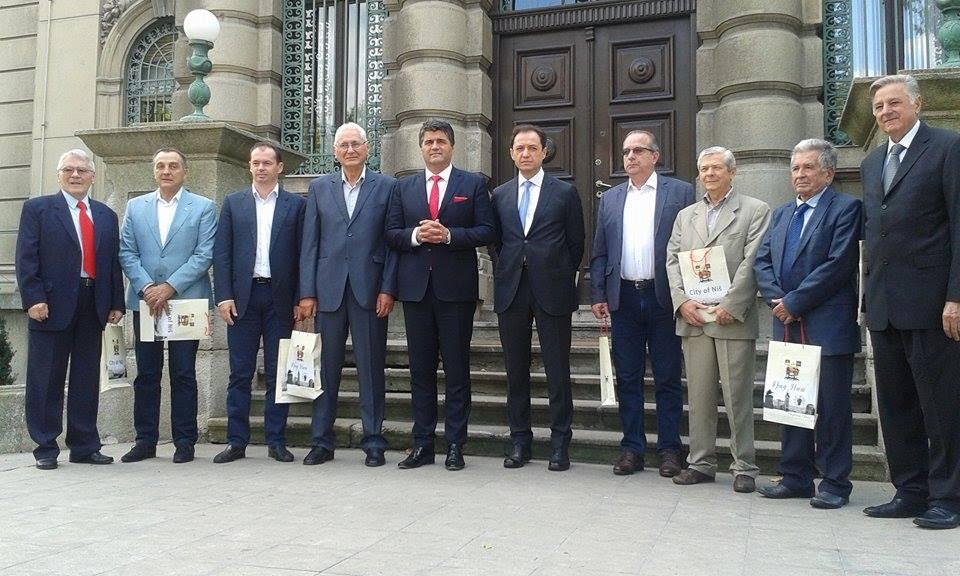 LEP GEST Gradonačelnik Niša okupio sve svoje prethodnike , pa zajedno prošetali centrom grada