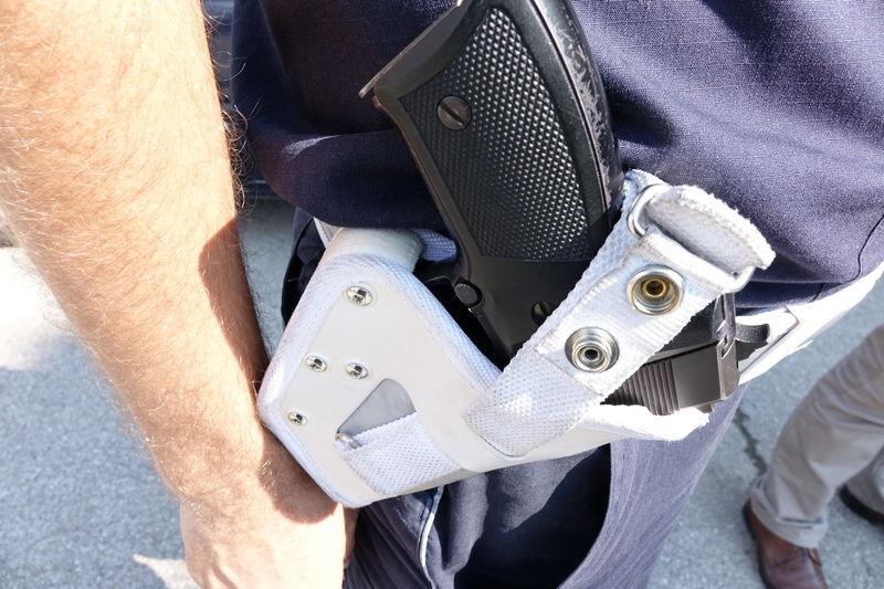 Oteo poštolj od policajca pa pucao sebi u stomak