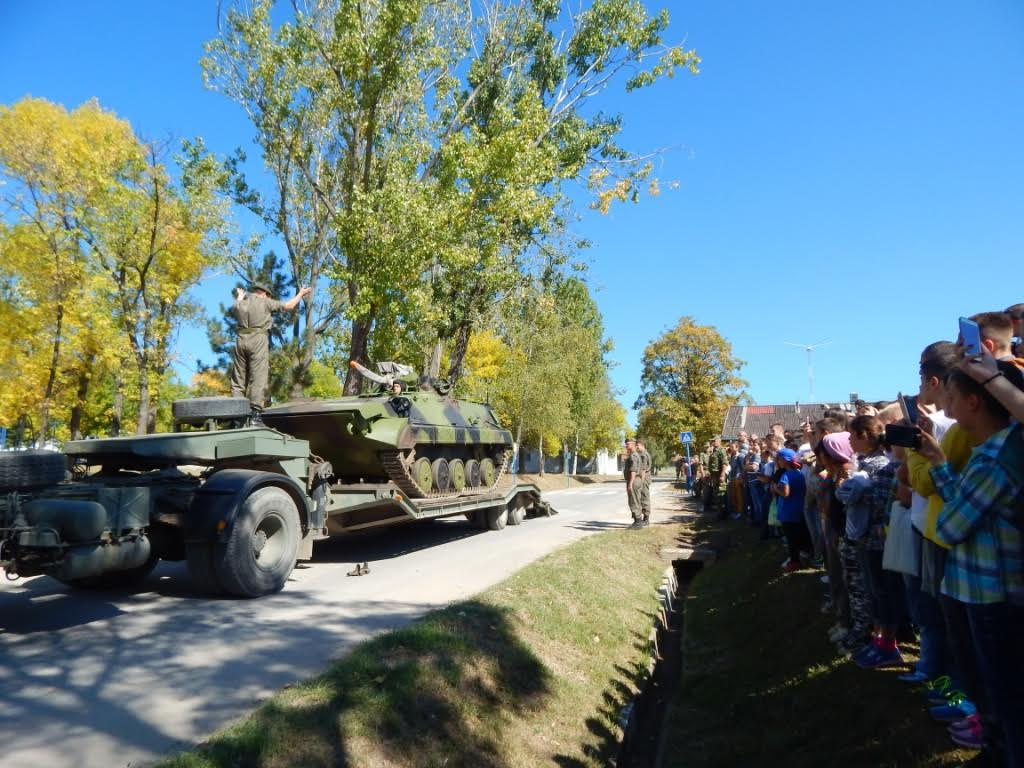 OTVORENI DANI VOJSKE: Deca oduševljena tenkovima (FOTO)