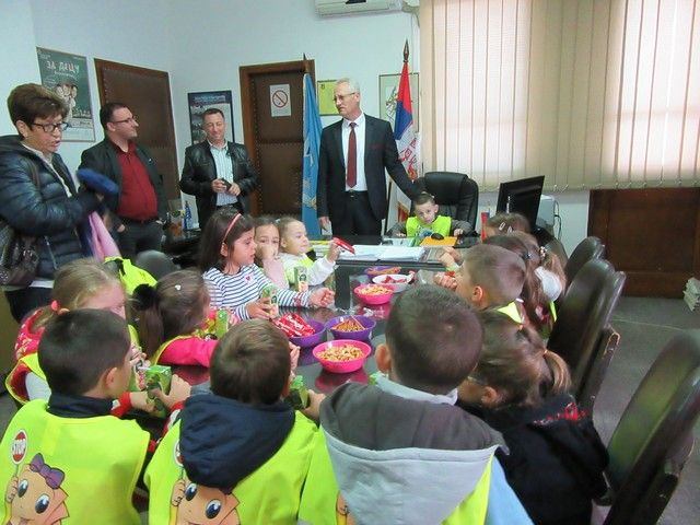 Deca od predsednika tražila igračke, parkove i sportske terene