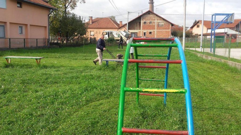 """Očišćeno dečje igralište i postavljen betonski sto za stoni tenis kod vrtića """"Lane"""""""