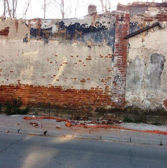 Hoće neko da sruši ovaj zid pre nego padne ljudima na glavu?