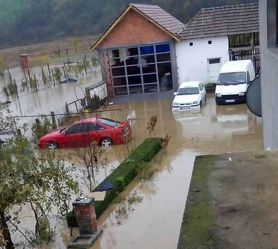 Poplave i u Bojniku, regionalni put dva sata u blokadi