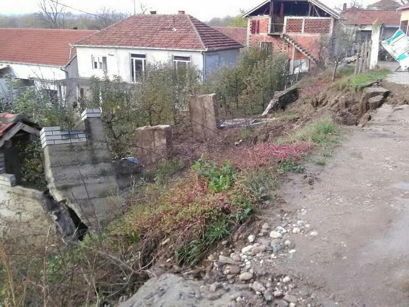 Veliki odron u centru Grajevca zatrpao put (VIDEO)