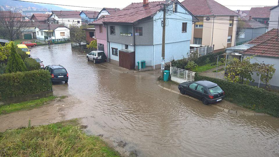 Nakon obilnih kiša potpoljeno desetak ulica u Leskovcu (FOTO)