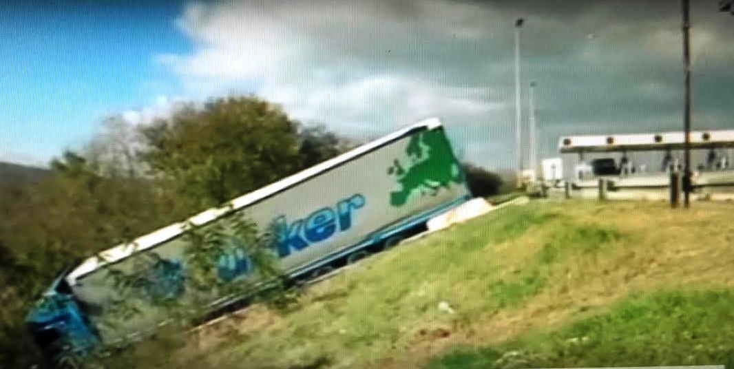 "Kamion udario u naplatnu rampu ""Nais"" (VIDEO)"