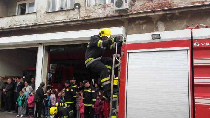 HEROJI Vatrogasci spasili život mladiću koji se povredio dok je sekao badnjak