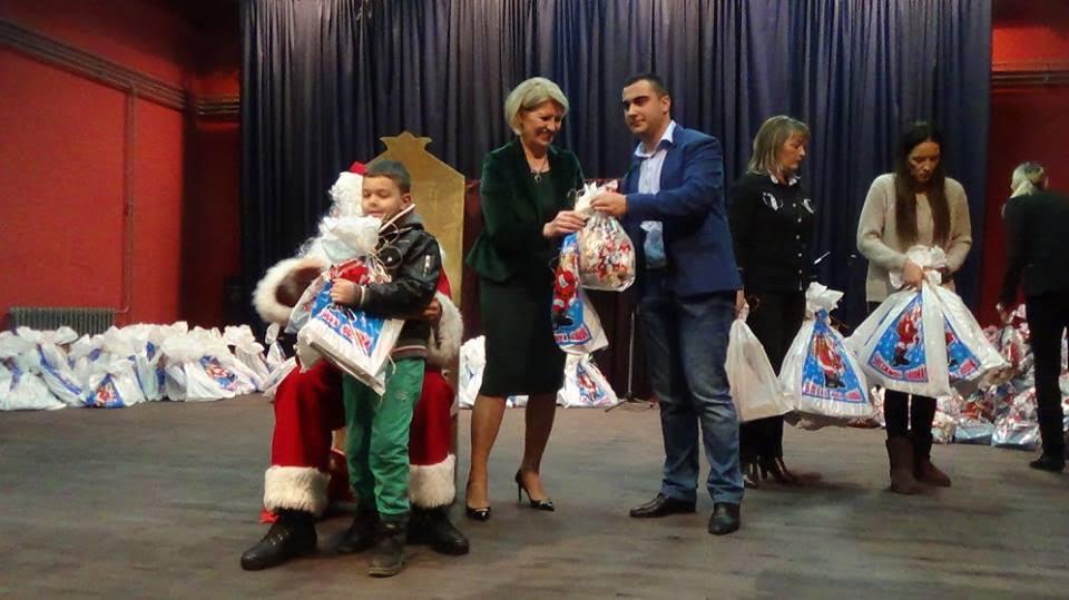 Prva dama Srbije podelila paketiće mališanima