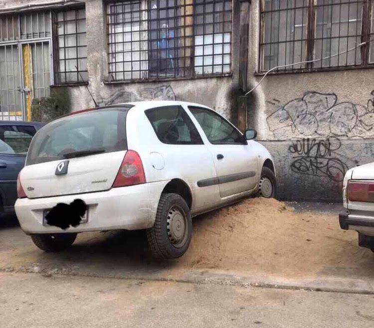 Parkiraj gde mesta ima, pa makar i naglavačke (FOTO)