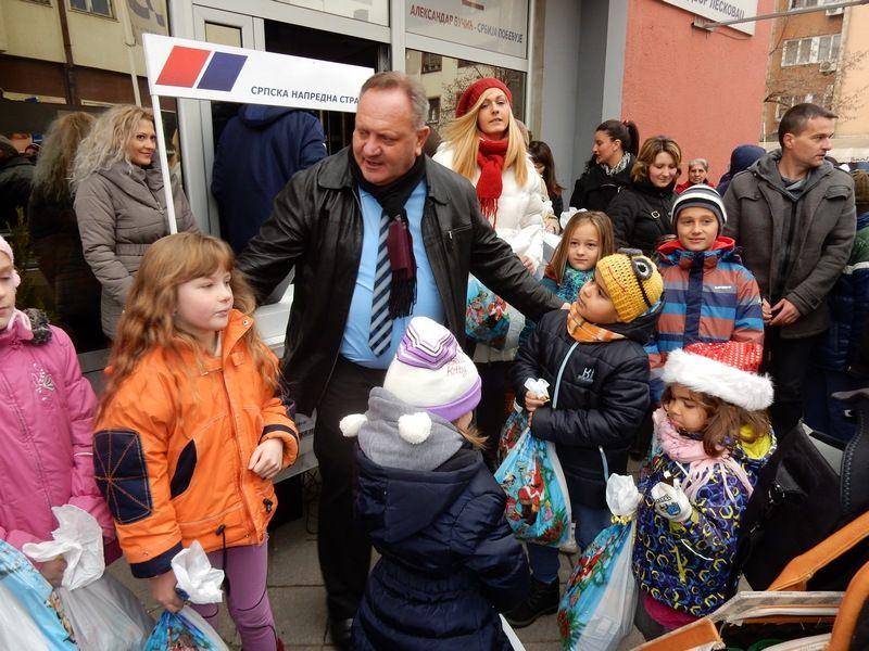 SNS Novogodišnji paketići najmlađima i najstarijima