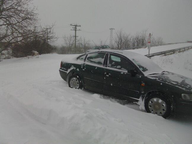 Snežni smetovi blokirali leskovačka sela, zavejano na desetine vozila