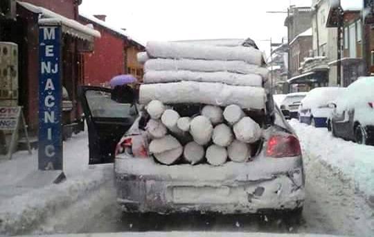 Zima je duga i hladna, a drva ponestaju… (FOTO)