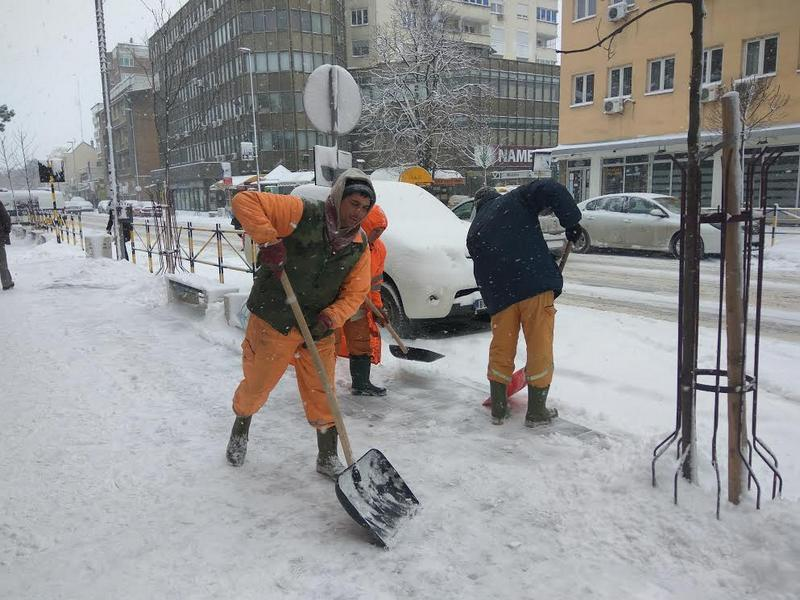 Sneg se čisti, ali putevi su i dalje zavejani