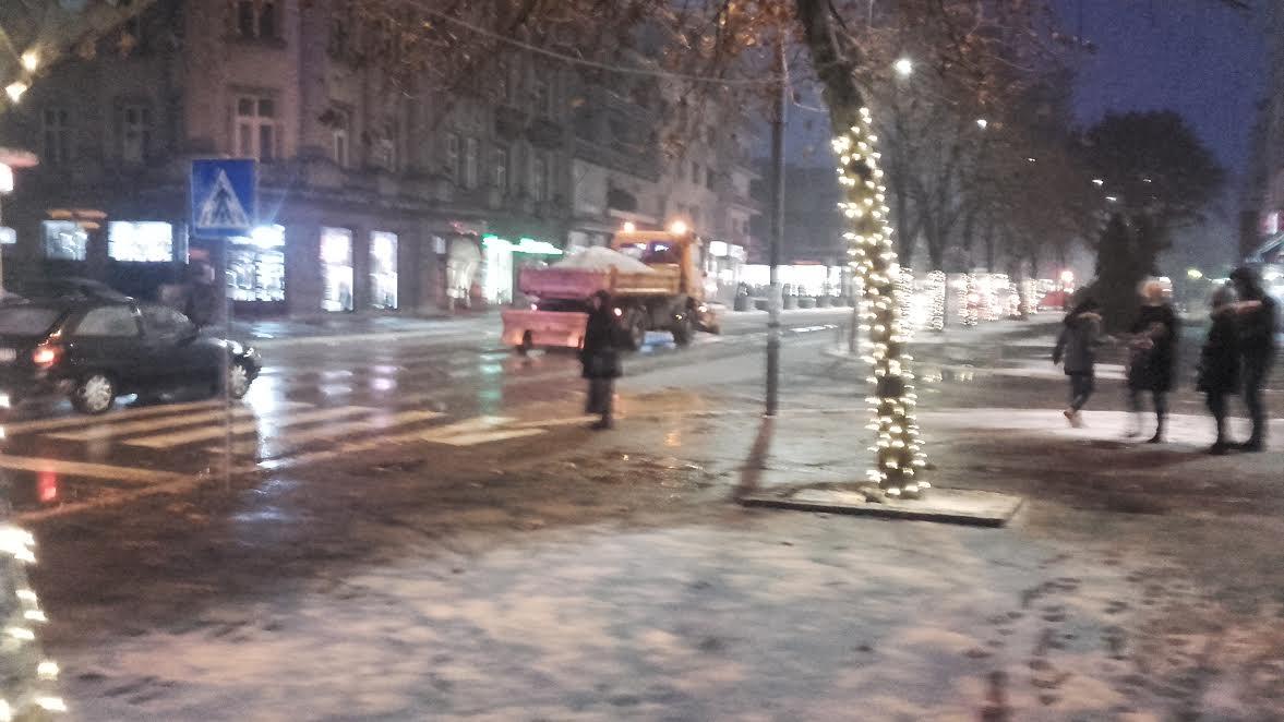 LESKOVAC PROHODAN: 2 kamiona sve vreme čiste sneg sa ulica