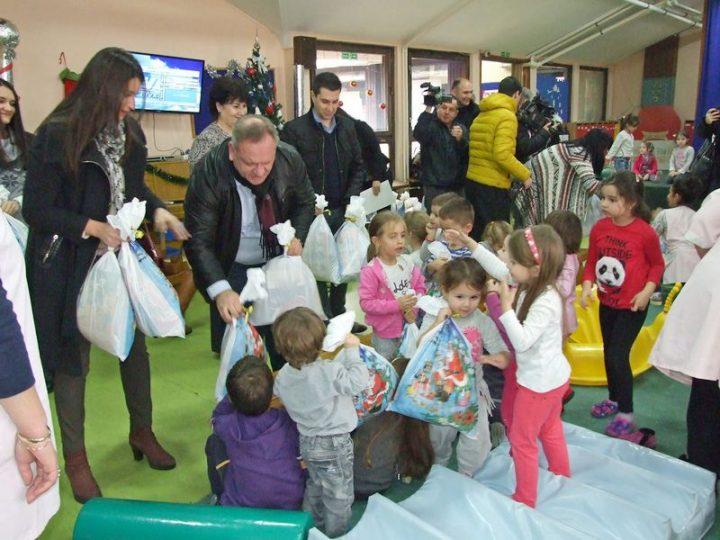 """Aktivisti SNS podelili paketiće i deci u vrtiću """"Ciciban"""""""