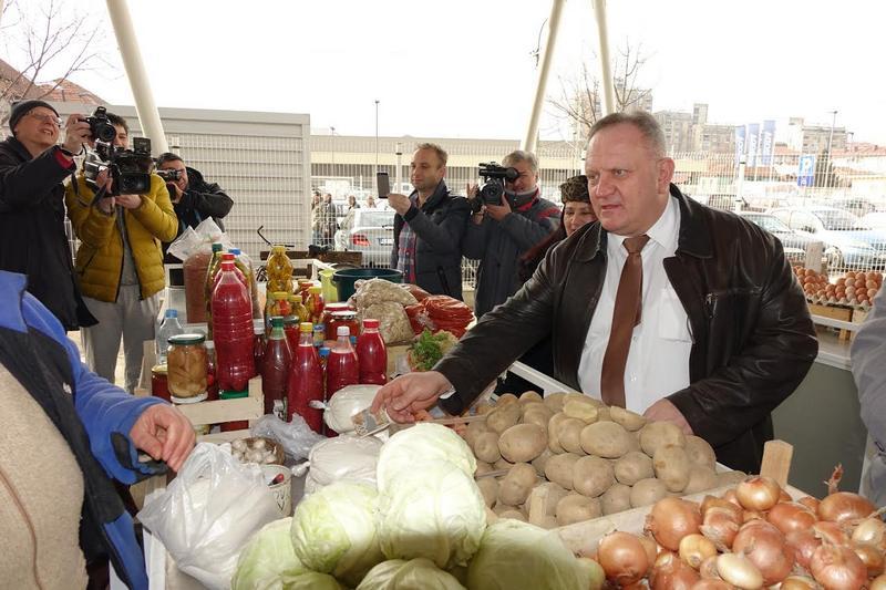 Gradonačelnik Cvetanović pazario na svakoj tezgi