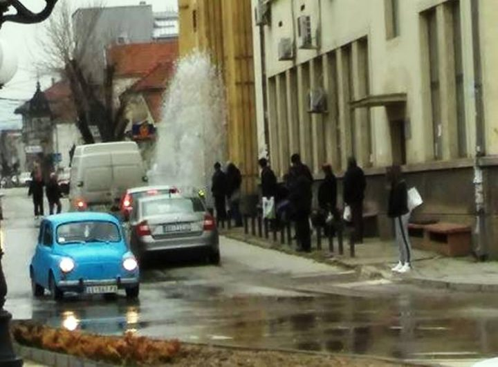 Gejzir na Svetoilijskoj okupao ljude koji čekaju autobus