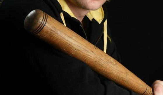 Pretukao braću bejzbol palicom jer su brali orahe, pa pobegao