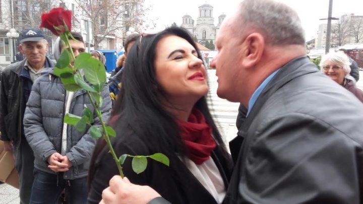 Ruže delio Leskovčankama, a najpre novinarkama…