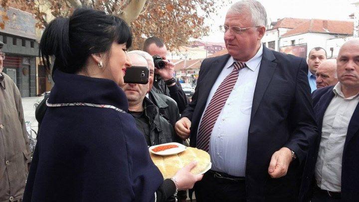Šešelja u Leskovcu dočekali so, pogača i pedesetak članova (VIDEO)