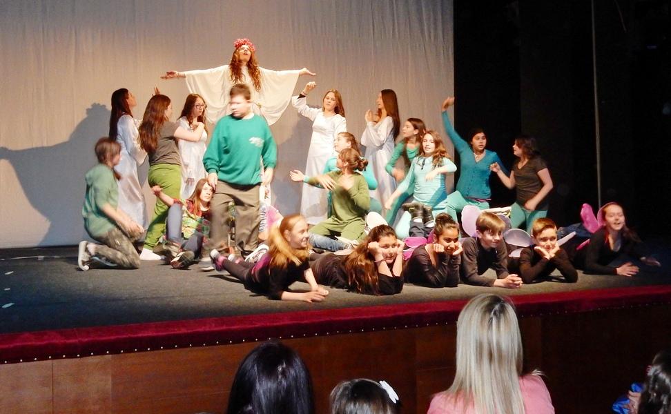 Spektakularna predstava učenika iz Pečenjevca u leskovačkom pozorištu (VIDEO)