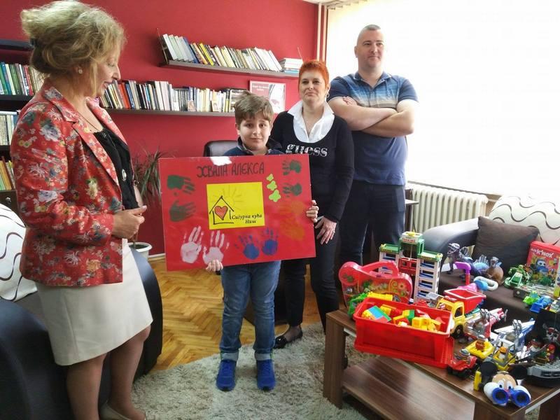 Mali Aleksa poklonio svoje igračke Sigurnoj i Roditeljskoj kući