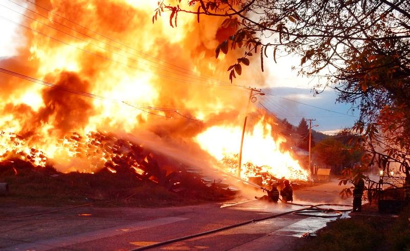 PLAMEN PRETI I KUĆAMA Veliki požar na železničkoj stanici u Grdelici – (IZ MINUTA U MINUT)