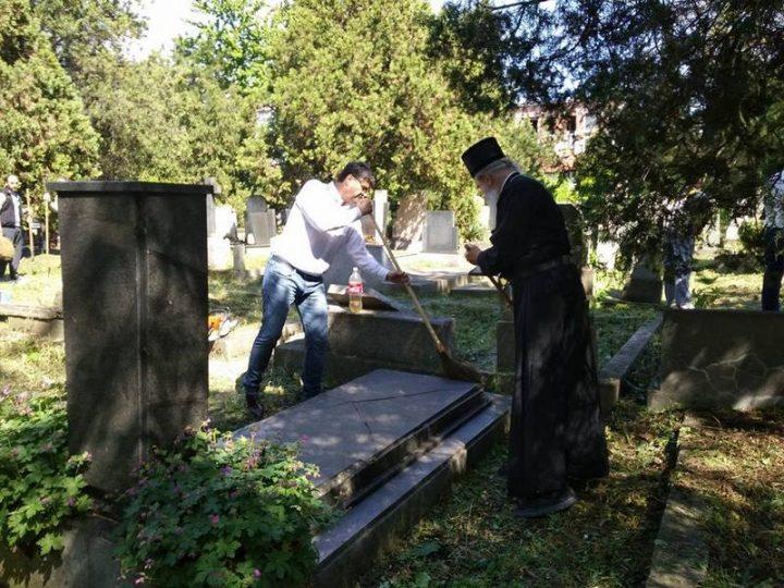 Vladika, sveštenici i gradonačelnik čistili Staro groblje u Nišu