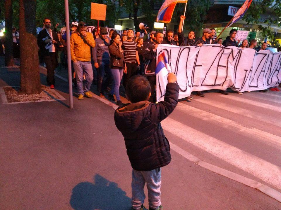Nišlije na protestima skupljali novac za bolesnog dečaka (VIDEO)