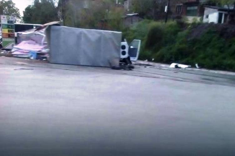 U teškom sudaru sa autobusom poginuo vozač kamiona