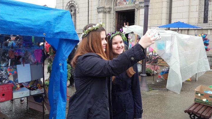 Vrbica – Dečija radost, zvončići i venčići prekrili gradske ulice