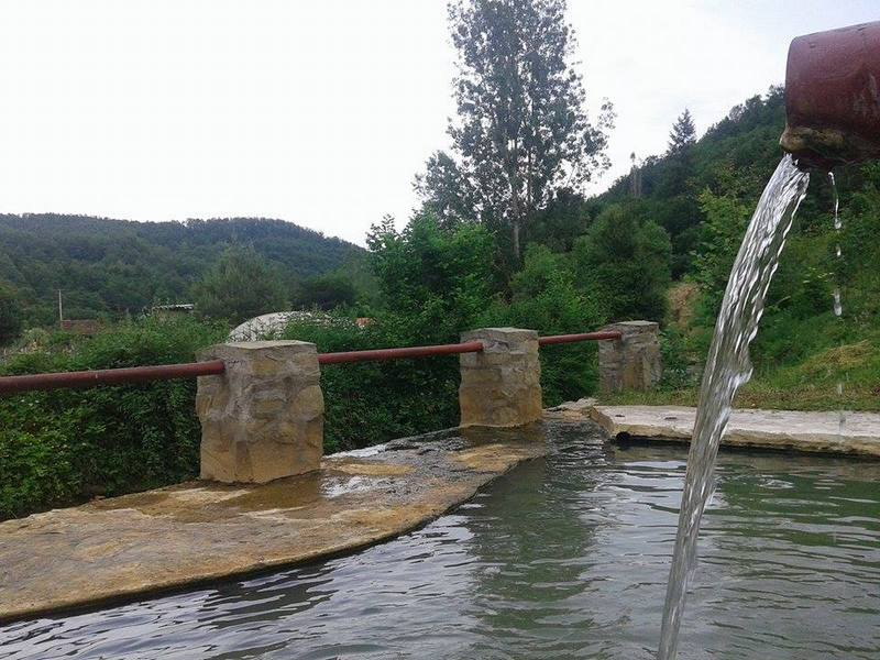 Banja sa gejzirom i kiselom vodom u dvorištu privatne kuće