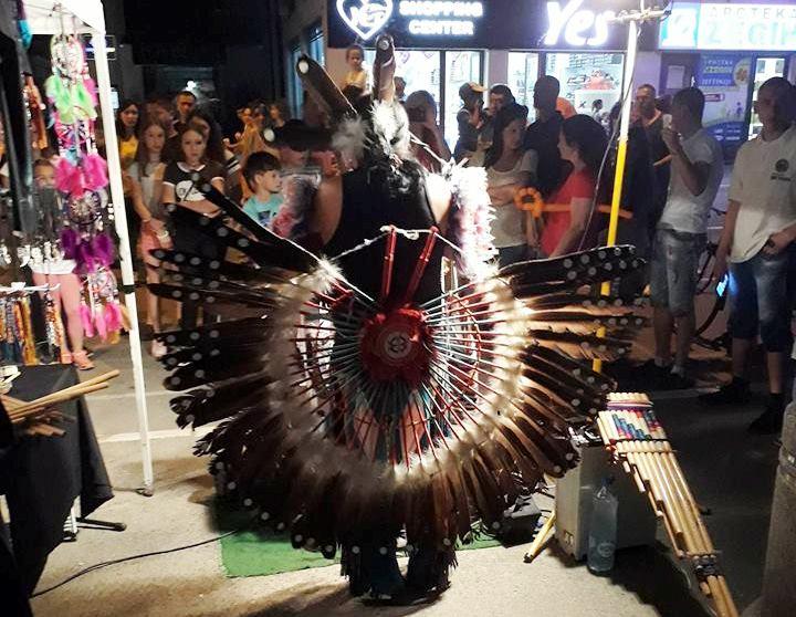 OČARAO LESKOVČANE: Indijanac iz Bolivije osvojio karneval! (VIDEO)