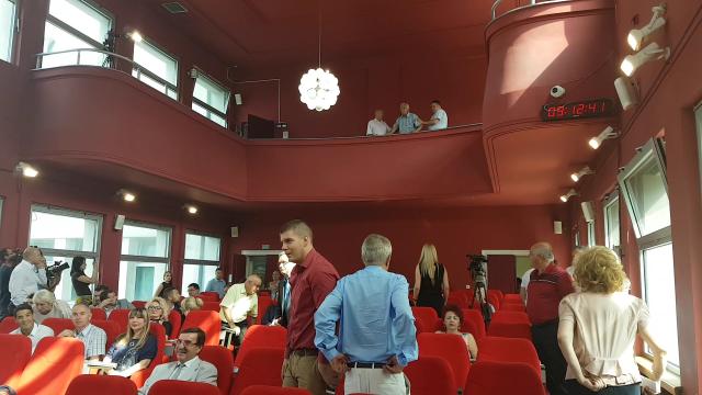 Nezadovoljan građanin prekinuo zasedanje gradskog Parlamenta