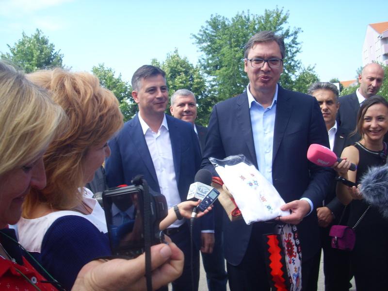 Vučić dobio na poklon košulju s motivima pirotskog ćilima (FOTO)