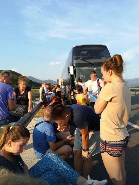 Više od 24 časa putuju do Grčke, noć proveli na asfaltu blizu Vranja