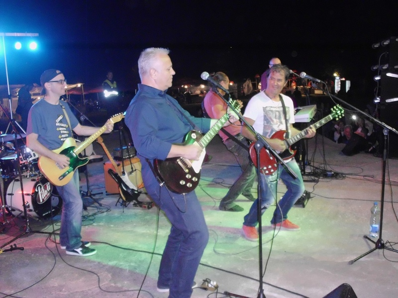 Publika pevala s Pilotima, na bini i Mlađan Dinkić
