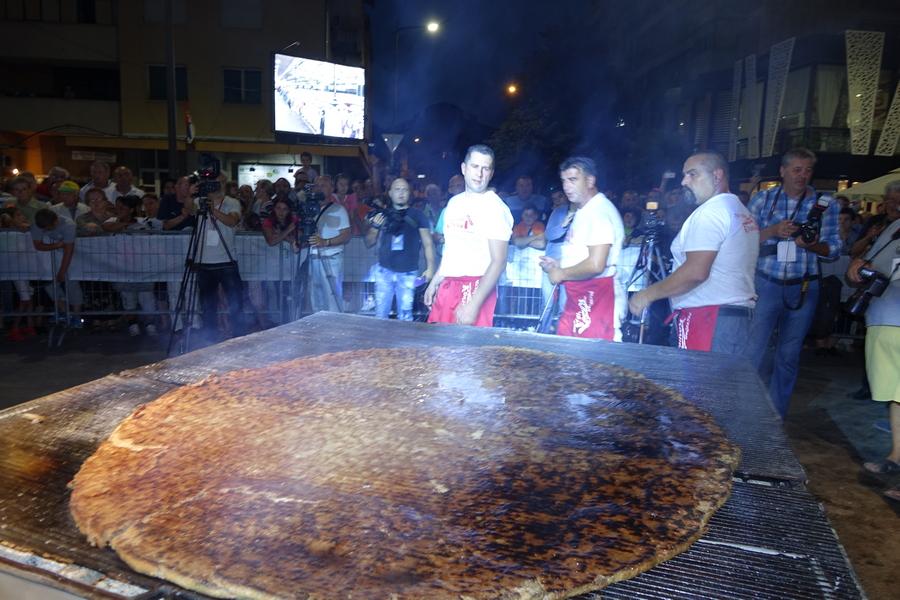 REKORD Leskovčani ispekli pljeskavicu od 65 kilograma mesa (VIDEO)