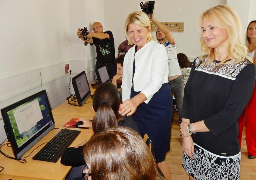 Dragica Nikolić poklonila 25 kompjutera Gimnaziji u Leskovcu