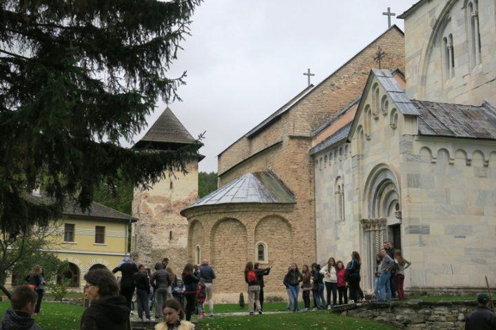 Mladi recitatori i slikari posetili Žiču i Studenicu