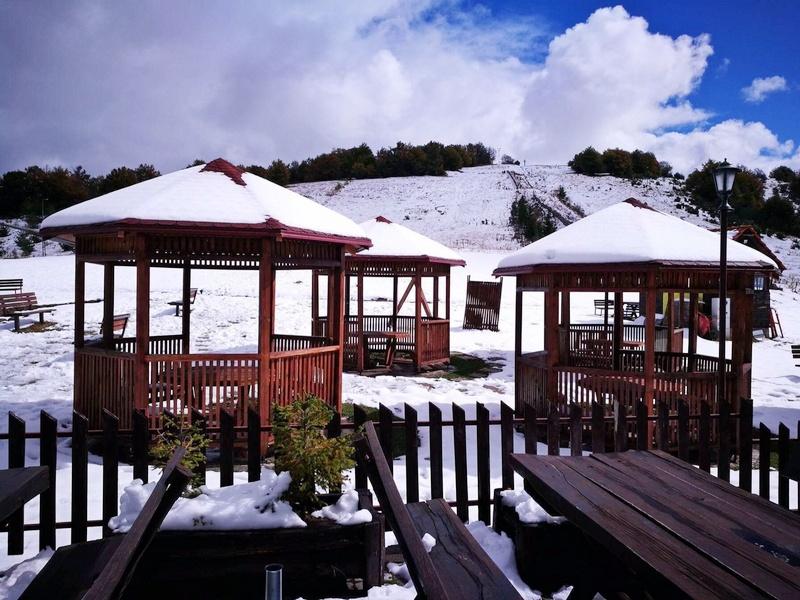 Budući turizmolozi iz Vranja na snežnoj Besnoj Kobili