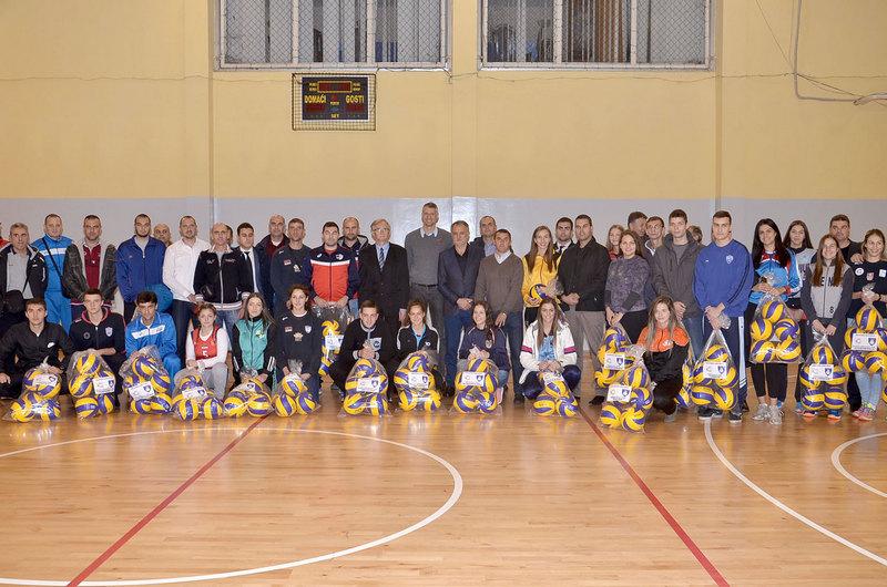 Ivan Miljković donirao odbojkaške lopte klubovima na jugu Srbije