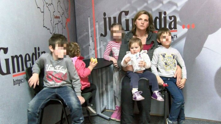 TUGA Majci s petoro dece preti ulica zbog straha od izvršitelja (VIDEO)