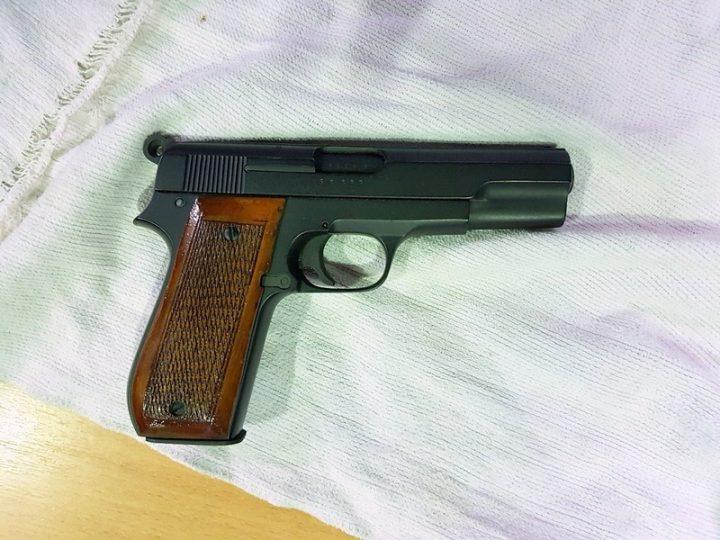 Napunjen bojevi pištolj sakriven u podu automobila